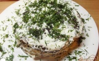 Печеночный торт со сметанным соусом.