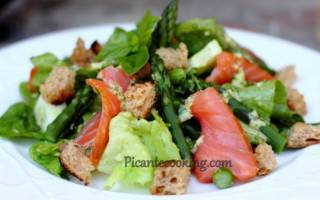 Салат с зеленой спаржей и копченым лососем