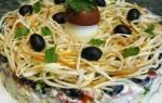 Салат «Лесная тайна» с кальмарами и маслинами