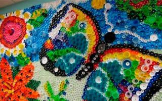 Мозаика из пластиковых крышек. Как вам