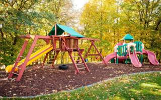 А на вашей даче есть детская площадка