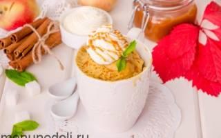 Яблочный кекс с корицей в кружке