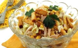 Салат с куриным филе, сухариками и овощами